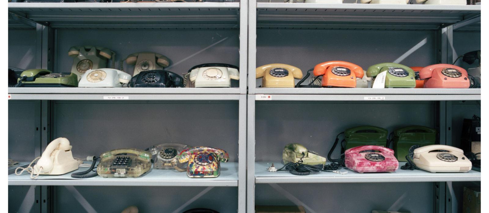 Verschiedene Telefonmodelle im Depot