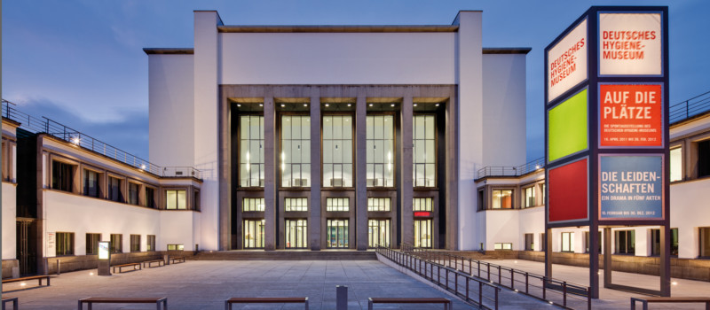 Fassade Hygiene-Museum in der Dämmerung