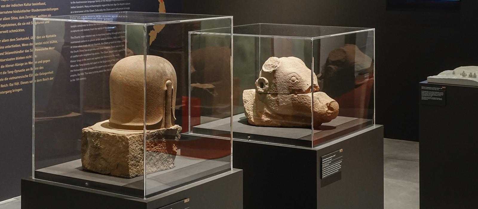 Vitrinen mit Steinobjekten in einer Ausstellung