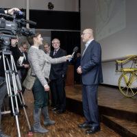 Interviewsituation mit Mikrofon und Kamera