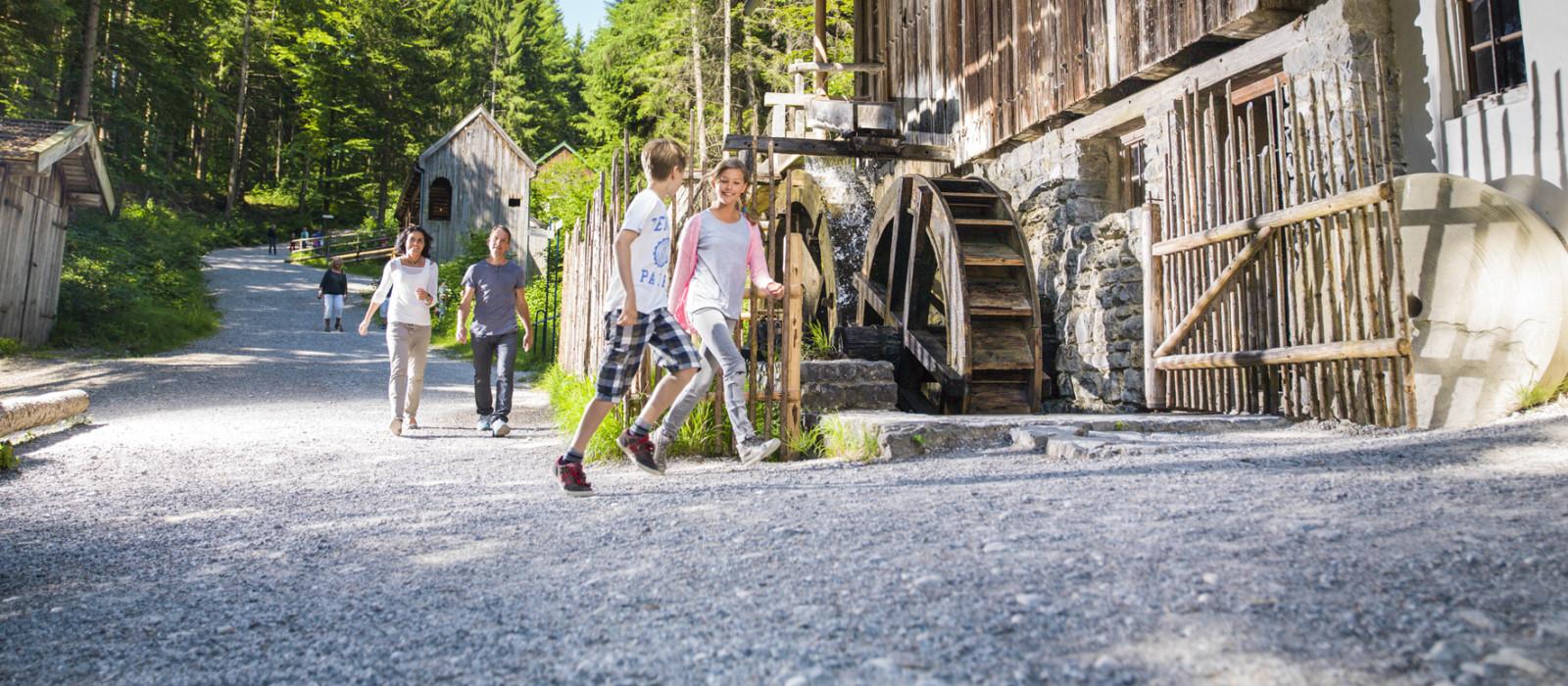 Jugendliche vor einer Wassermühle