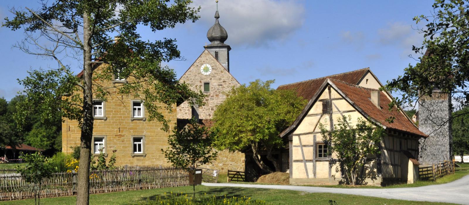 Außenansicht von altem Stadtkern mit Kirchturm in der Mitte