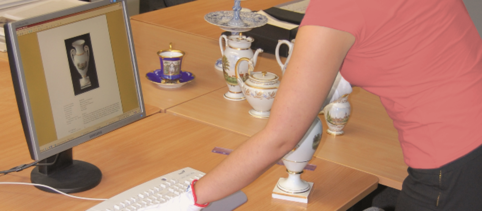 Eine Frau bei der Eingabe von Objektdaten in eine Museumsdatenbank