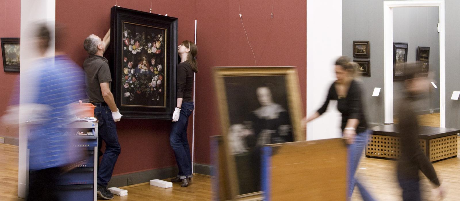 Blick in einen Ausstellungsraum beim Ausstellungsaufbau