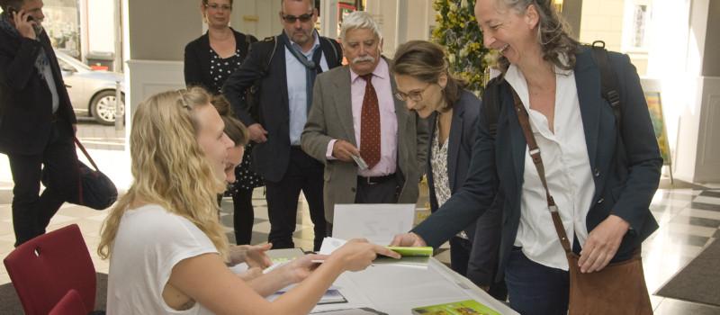 Personen bei der Anmeldung zur Jahrestagung des Museumsbunds