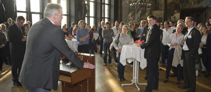Politiker an Podium bei Stehempfang
