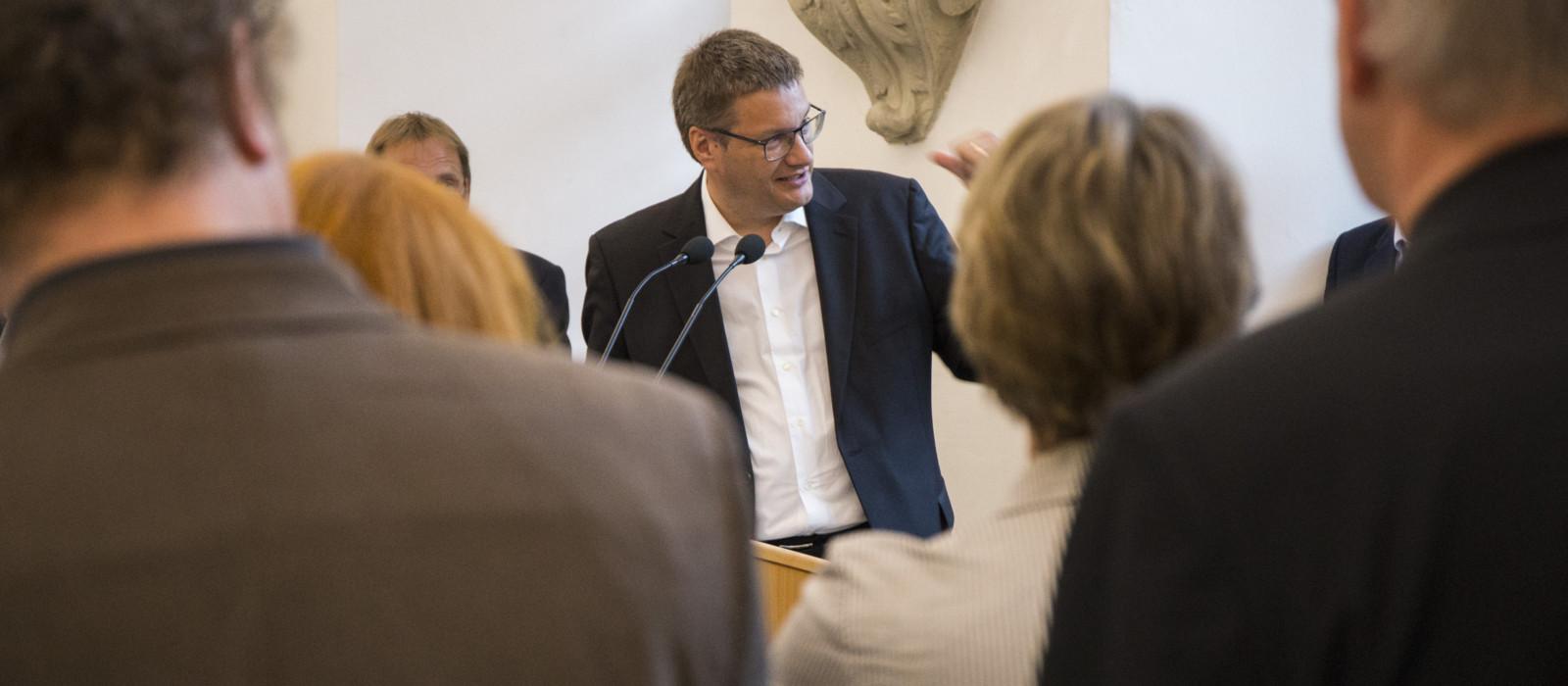 Präsident DMB bei Rede vor Menschenmende