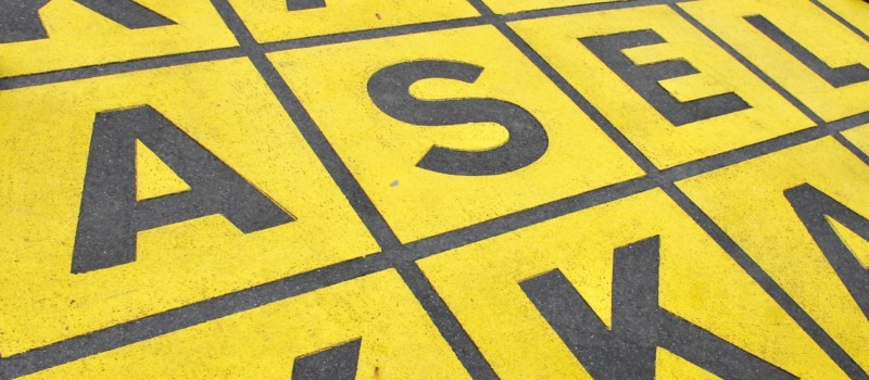 Buchstabenfeld auf dem Fußboden im Außenraum