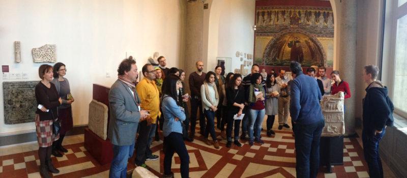"""Besucher einer Führung des Projekts """"Multaka"""" im Bode-Museum"""