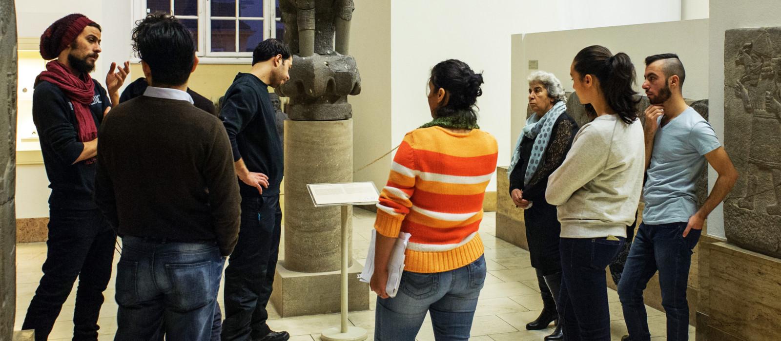 """Besucher einer Führung des Projekts """"Multaka"""" im Vorderasiatischen Museum"""