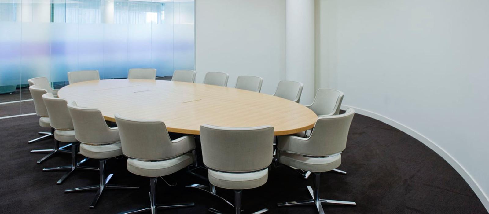 Ovaler Tisch in weißem Meeting-Raum