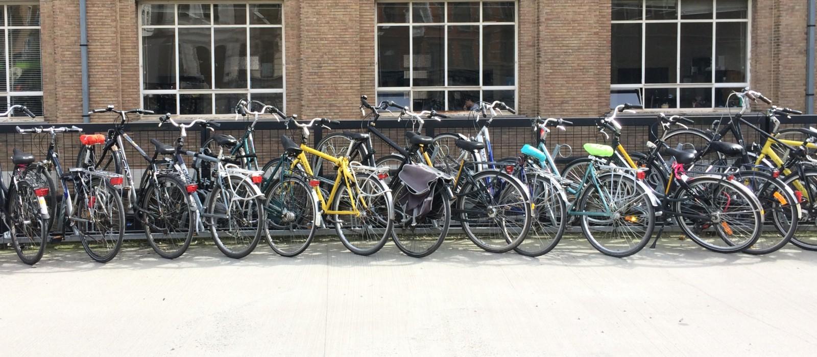Vor einem Gebäude abgestellte Fahrräder