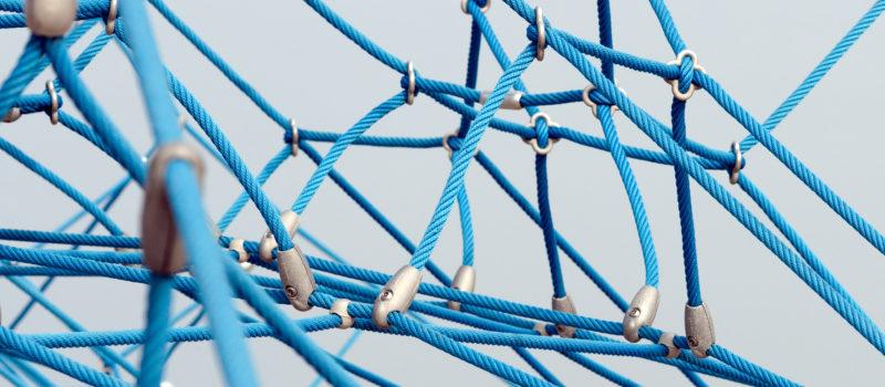 Ein Ausschnitt von einem Klettergerüst mit Seilen