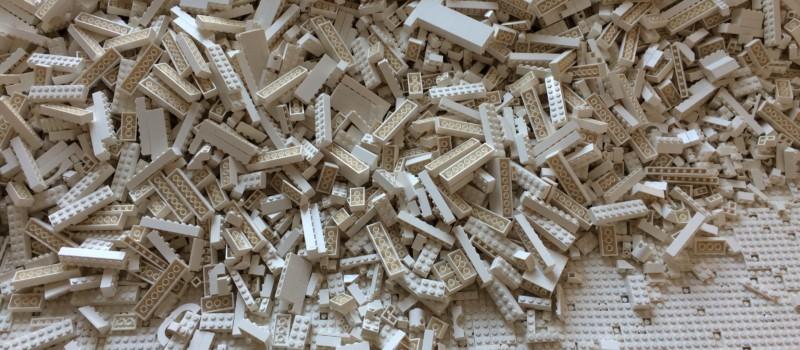 Haufen von hellen Legobausteinen
