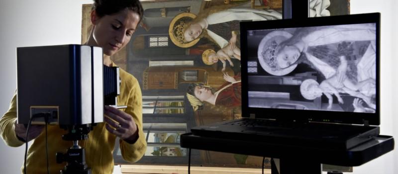Person beim Röntgen eines Tafelgemäldes