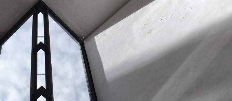 Betonfassade mit Ausblick auf hellblauen Himmel