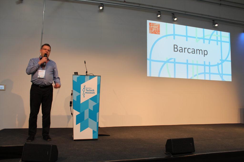 Jan Theofel - Barcamp Moderator - auf der Bühne