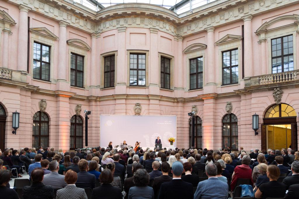 Bescuher und Redner beim Festakt zum 100. Geburtstag des Deutschen Museumsbunds im Schlüterhof des Deutschen Historischen Museums in Berlin