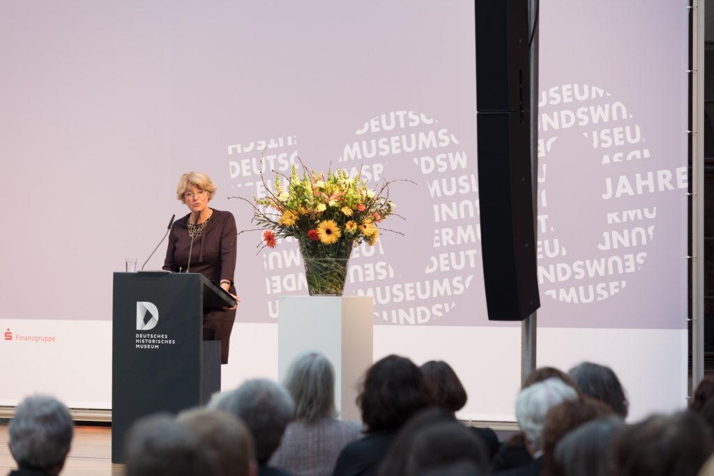 Frau Grütters bei Ihrer Ansprache zum Festakt zum 100. Geburtstag des Deutschen Museumsbunds im Schlüterhof des Deutschen Historischen Museums in Berlin