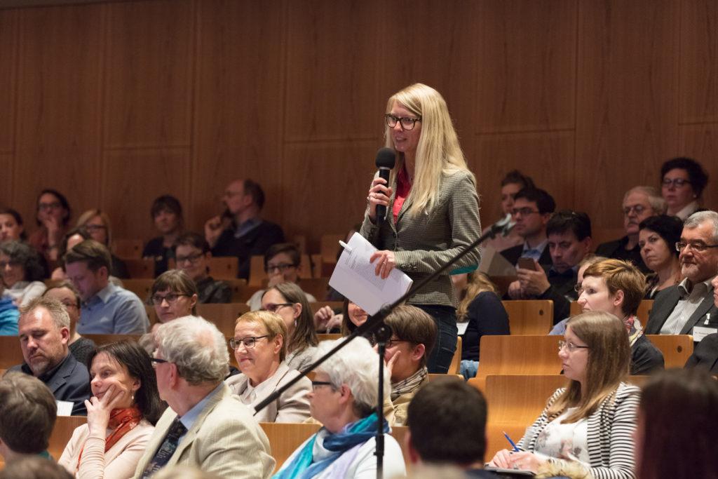 Eine Teilnehmerin der Tagung meldet sich zu Wort