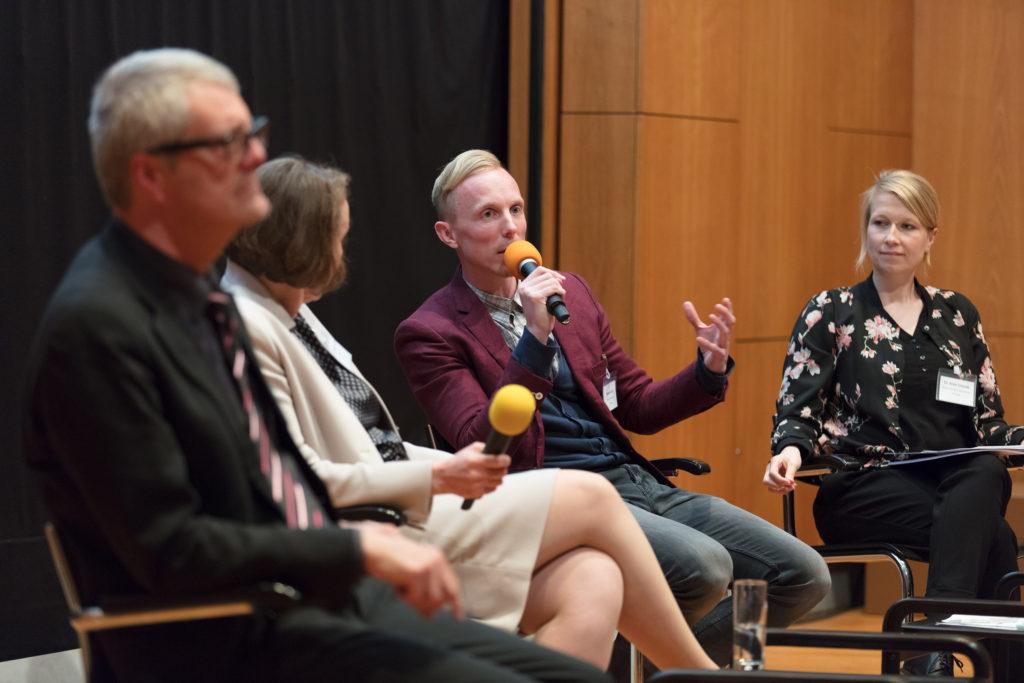 Die Teilnehmer des Podiumsgesprächs diskutieren übder das Museum im digitalen Raum
