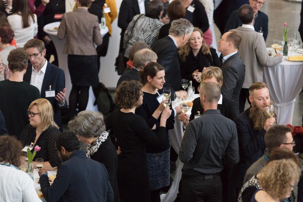 Gäste des Abendempfangs im Rahmen der DMB-Jahrestagung 2017 im Gespräch