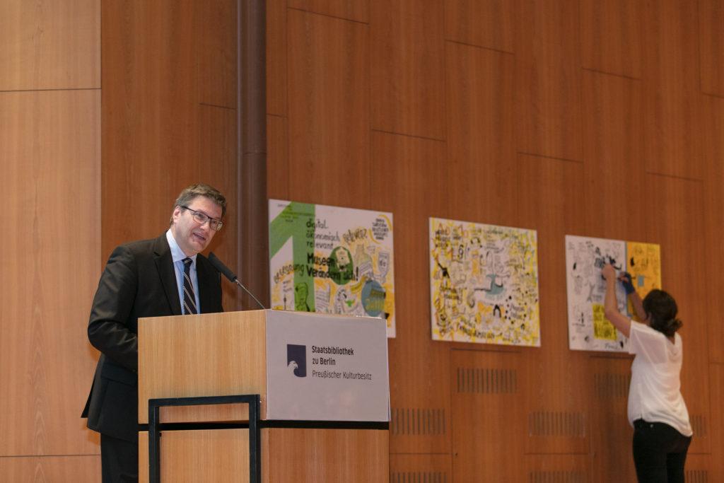 Herr Köhne bei seiner Ansprache während der Mitgliederversammlung im Rahmen der DMB-Jahrestagung 2017