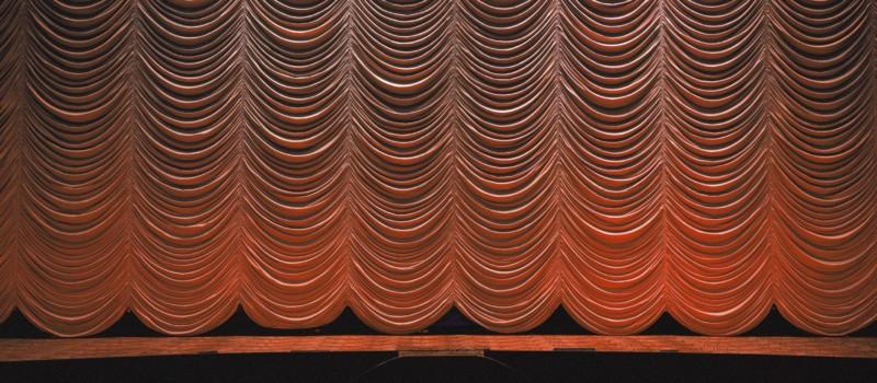 Geschlossener Vorhang auf Bühne