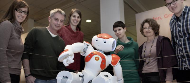 Roboter umringt von Museumsbesuchern