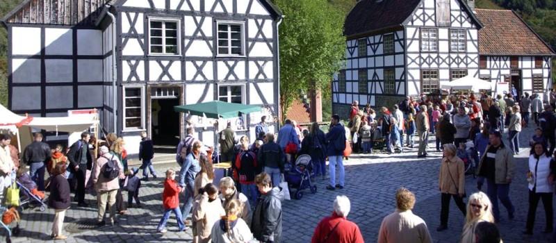 Besucher bei einer Veranstaltung im LWL-Freilichtmuseum Hagen