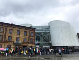 Besucherschlange vor dem Ozeaneum im Stralsund