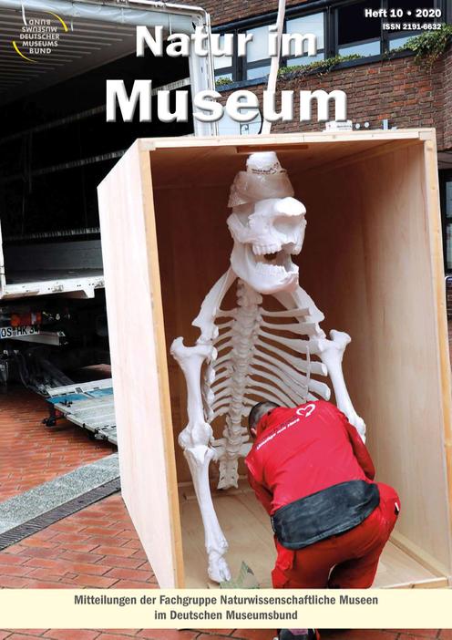 Titelbild Zeitschrift Natur im Museum Heft 10 2020, offene Transportkiste mit Tierskelett v or LKW