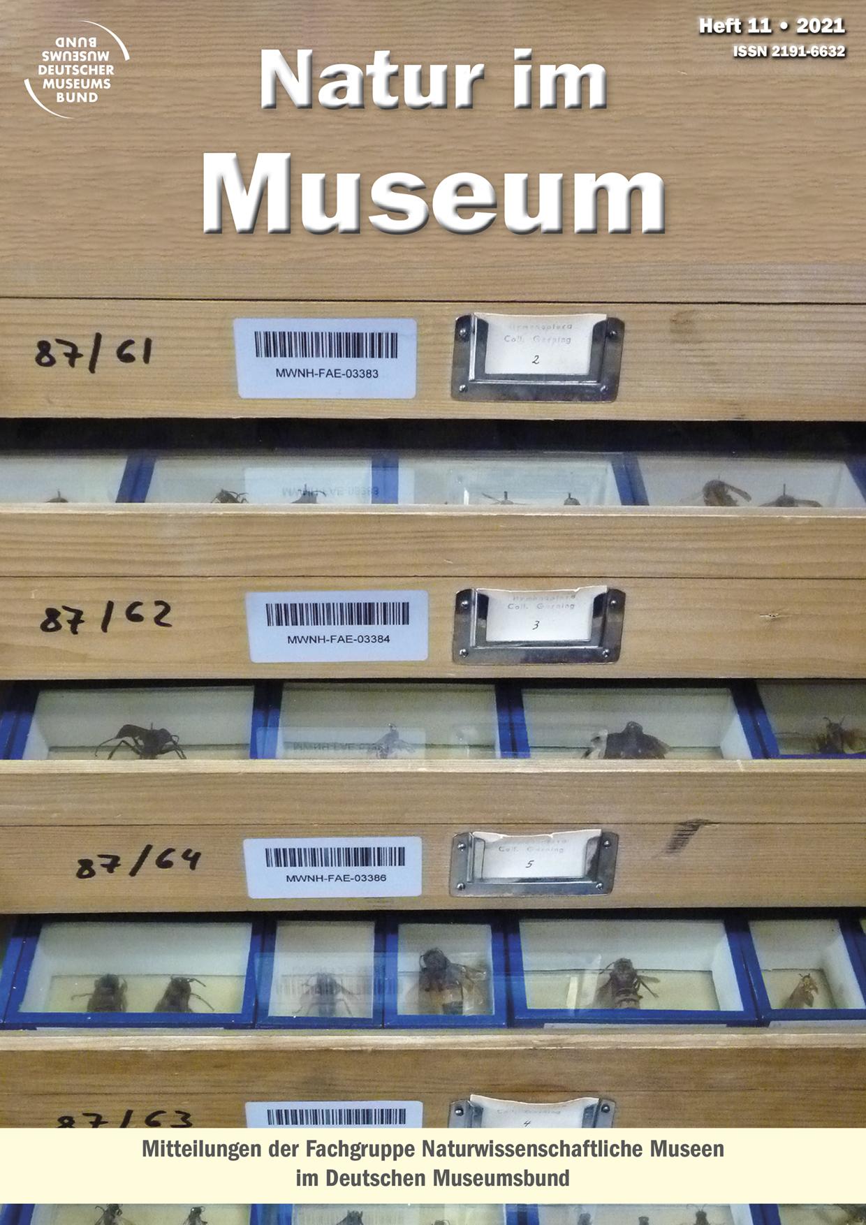 Titelbild Zeitschrift Natur im Museum Heft 11 2021, mehrere aufgezogene Schubladen mit Sammlungskästen von Insekten